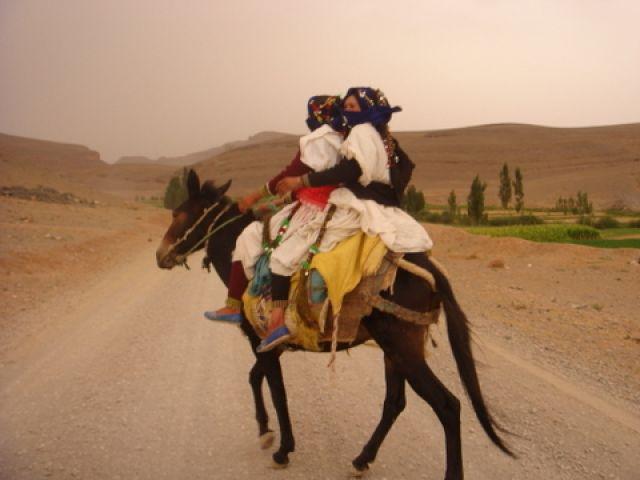 Zdjęcia: Droga z przełomu Todry do Imilchil, Atlas Środkowy, Berberyjki w drodze do Imilchil, MAROKO