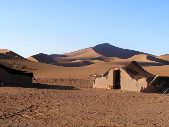 Zdj�cia: pustynia Mhamd, gdzie� w Maroku, bedui�ska osada, MAROKO