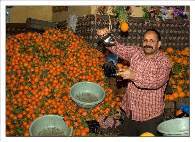 Zdj�cia: Marakesz, Sprzedawca pomara�czy, MAROKO