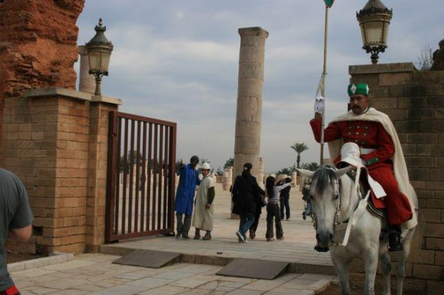 Zdjęcia: Rabat, wybrzeże Maroka, Wychodząc z grobowca dziadka obecnego króla, MAROKO