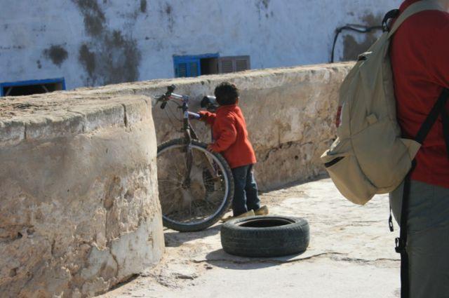 Zdjęcia: Es-Sawira, wybrzeże Maroka, dziewczynka w butach mamy, MAROKO