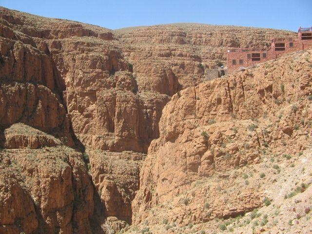 Zdj�cia: w okolicach le Gorges du Dades, restauracja na skale, MAROKO