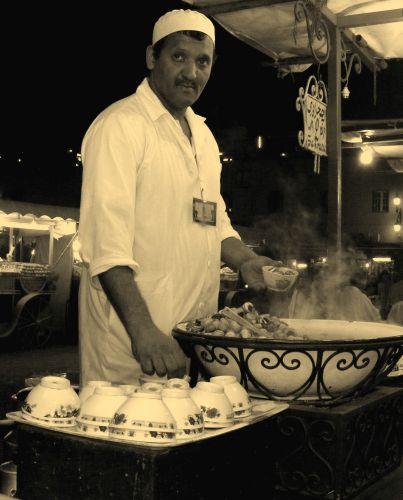 Zdjęcia: plac Jemma El Fna, Marakesz, sprzedawca slimaków, MAROKO
