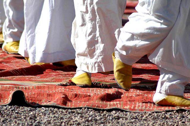 Zdjęcia: kelaa des mgouna, dolina dades/ouarzazat, panowie tańczą w berberyjskich pantoflach/święto róż, MAROKO