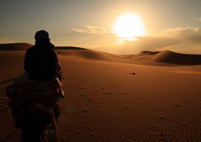 Zdjęcia: Pustynia Erg Szebbi, Karawana w stronę słońca ..., MAROKO