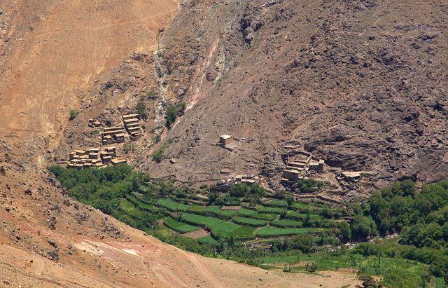 Zdj�cia: Berberyjska wie� Tinerhourhine, JBEL TOUBKAL - G�ry Atlas Wysoki , Zielona dolina, MAROKO