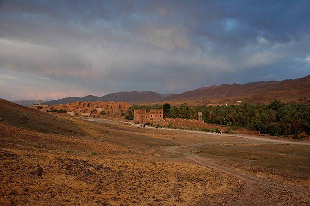 Zdj�cia: Tamnugalt, niedaleko Warzazat, panorama Tamnugalt z pochmurnym niebem, MAROKO