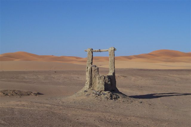 Zdj�cia: Merzouga, Stara studnia, MAROKO