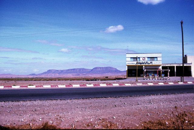 Zdj�cia: droga FEZ/Meknes, centrum, stacja benzynowa, MAROKO