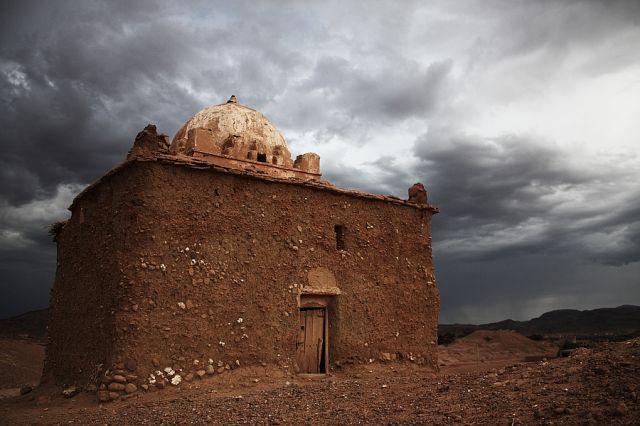 Zdjęcia: okolica Ait Benhaddou, grobowiec marabuta, MAROKO