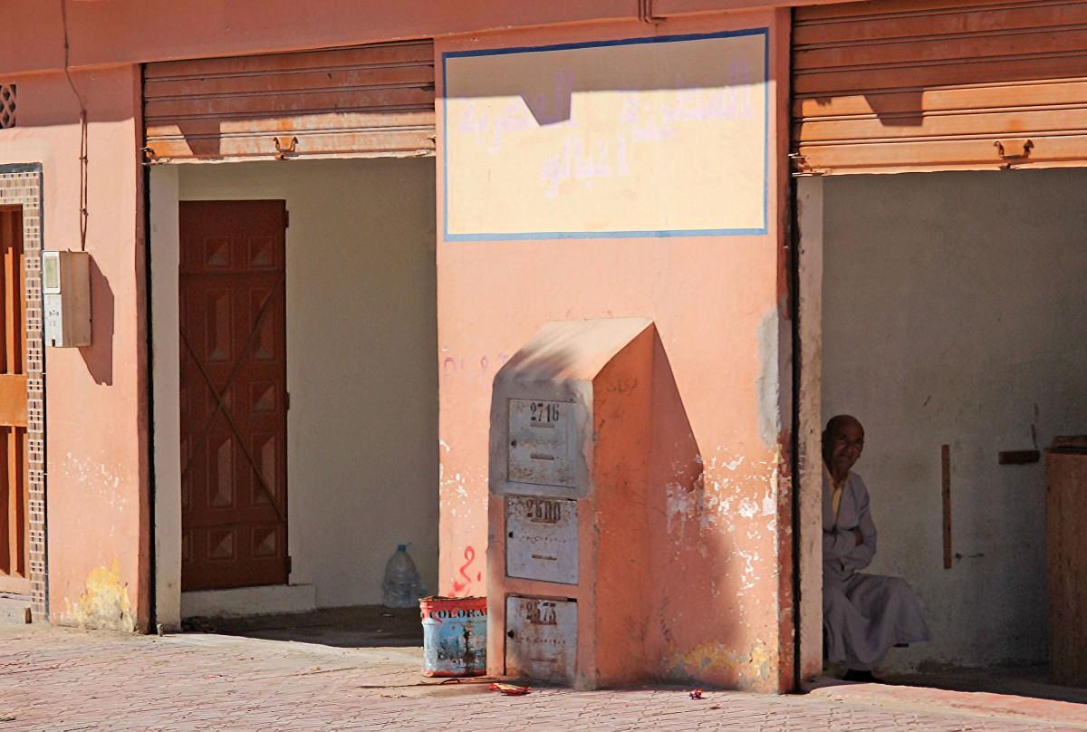 Zdjęcia: gdzieś po drodze, Sahara Zachodnia, W zaciszu sklepu, MAROKO