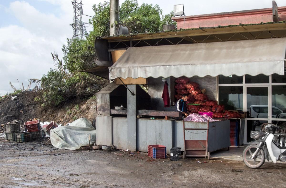 Zdjęcia: gdzieś po drodze, Kenitra, Cebulowy kram, MAROKO