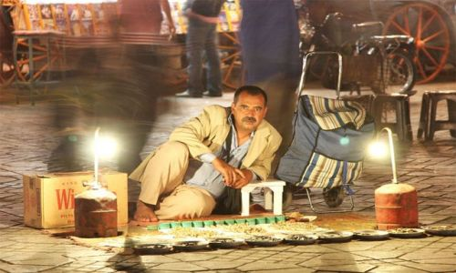 Zdjęcie MAROKO / Marrakech / plac Jemaa el Fna / podejrzliwy handlarz