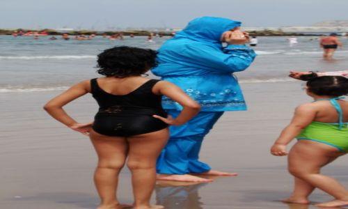 Zdjecie MAROKO / - / AGADIR / Na plaży-elegantka w kostiumie kąpielowym dla Arabek