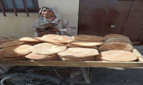 Zdjecie MAROKO / - / Targ w Meknes / Kobieta z pieczywem