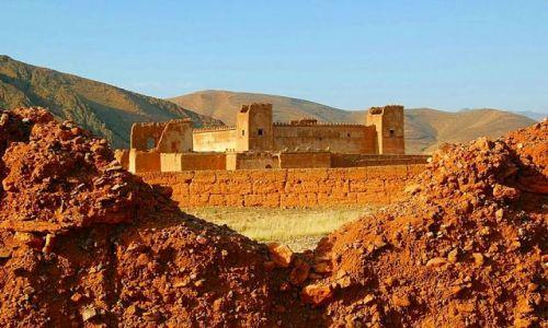 Zdjęcie MAROKO /   / Taliouine / Kazba rodu Glawich z za wyłomu w murze.