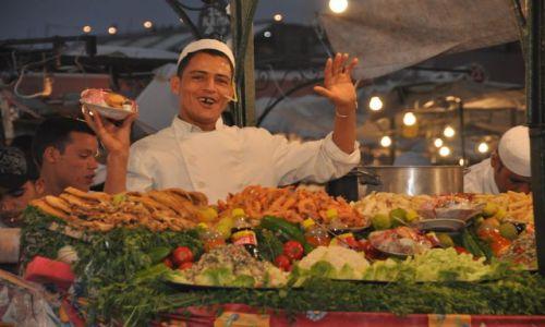 Zdjecie MAROKO / Plac Dżemaa el-Fna / Marakesz / Sprzedawca owoców morza