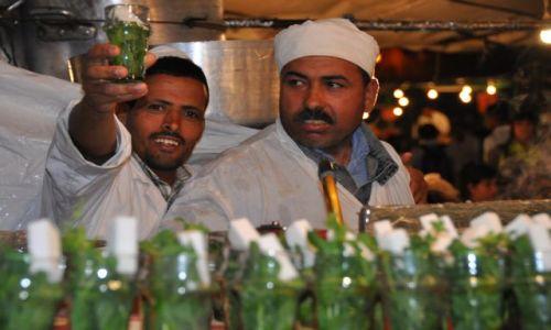 Zdjecie MAROKO / Plac Dżemaa el-Fna / Marakesz / Sprzedawcy herbatki z miętą