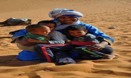 Zdjecie MAROKO / - / pustynia / Rodzinka w piaskownicy