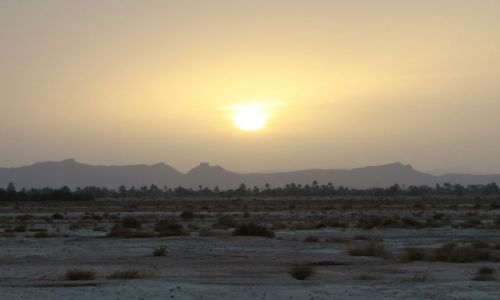 MAROKO / - / Maroko- południe / ku pustyni o zachodzie słońca