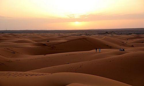 MAROKO / południowo-wschodni kraniec Tafilant / okolice Erfoud - Sahara / Słońce coraz nizej.