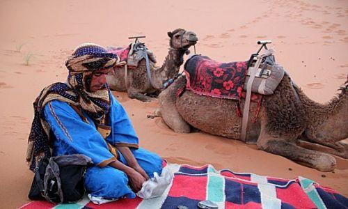 Zdjecie MAROKO / południowo-wschodni kraniec Tafilant / okolice Erfoud_Sahara / To nie jest modlitwa.