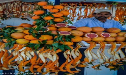Zdjęcie MAROKO / Maroko / - / sprzedawca soku pomarańczowego