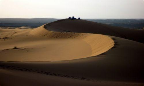 Zdjecie MAROKO / Tafilalt / Erfoud / SAHARA po zachodzie słońca