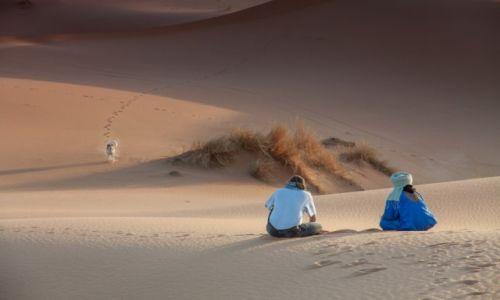 Zdjecie MAROKO / Rissani / Erg Chebbi / Chwila zadumy na pustyni