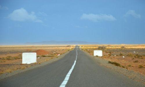 Zdjecie MAROKO / wschód Maroko / trasa pomiędzy Orzazate a Merzougą / Niekończąca się opowieść - asfalt na pustyni