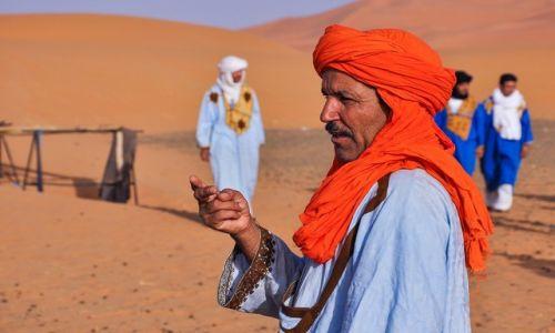 Zdjecie MAROKO / Południe / Erg Chebbi / Berberyjski właściciel wielbłądów
