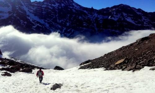 MAROKO / Góry Atlas / Góry Atlas / Jebel Toubkal (4167m) pooniżej front burzowy