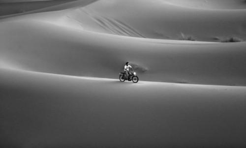 Zdjęcie MAROKO / Merzouga / Erg Chebbi / Motorbike