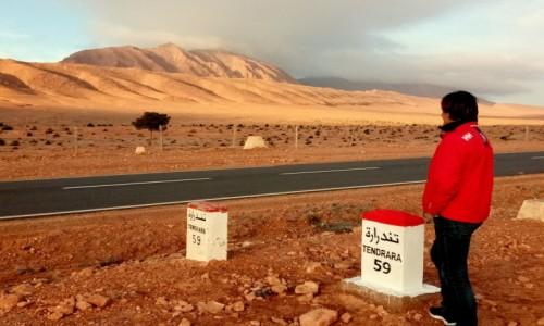 MAROKO / Maroko wschodnie / Maroko wschodnie / Za górami Algeria a obok nas droga i  asfalt na tej części pustyni