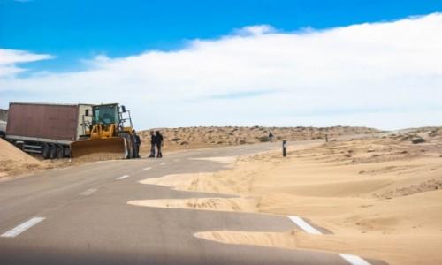 Zdjecie MAROKO / Zachodnia Sahara / Zachodnia Sahara / Slalom między wydmamli na drodze