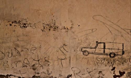 Zdjecie MAROKO / Sahara Zachodnia / Sahara / Współczesne ryty naskalne z wnętrza studni