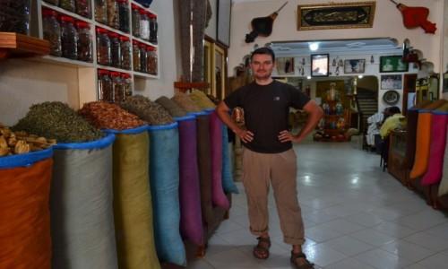 Zdjęcie MAROKO / - / sklep zielarski w Marrakeszu / Marrakesz