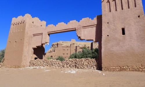 MAROKO / Południowe  Maroko  / Ksar Ait-Ben-Haddou / w pobliżu / Mur z ładną dziurą