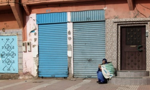 Zdjecie MAROKO / Maroko / gdzieś po drodze / Z dzieckiem na schodach
