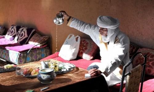 MAROKO / Dara-Tafilalt / Zakura / W skupieniu nad herbatą
