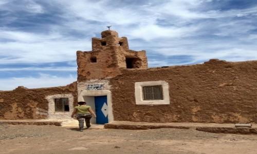 Zdjęcie MAROKO / Sahara / Erg Chebbi / Stary meczet na czarnej pustyni w pobliżu granicy z Algierią
