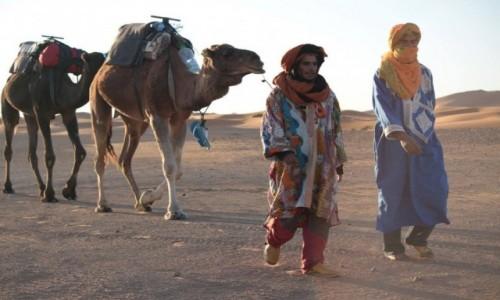 Zdjecie MAROKO / Sahara / Merzouga / W drodze do pracy