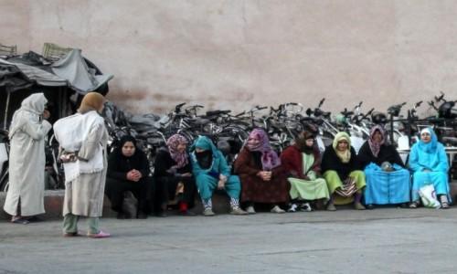 Zdjecie MAROKO / Marrakesz-Safi / Marrakesz / ...a za czym kolejka ta siedzi?