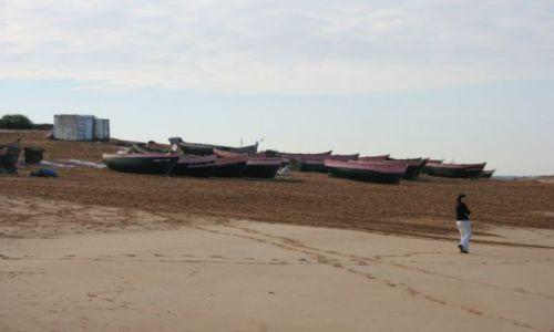 Zdjecie MAROKO / wybrzeże Maroka / przed Es-Sawirą / łodzie nad atlantykiem