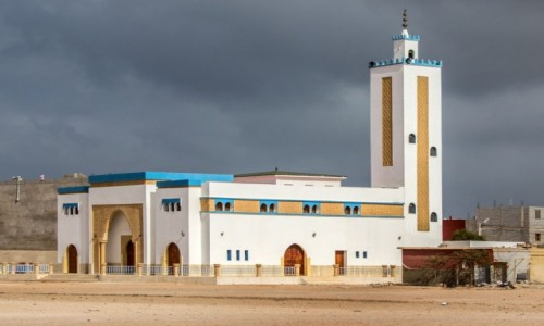 Zdjecie MAROKO / Laâyoune-Sakia El Hamra / Akhfennir / Ciemne chmury nad meczetem