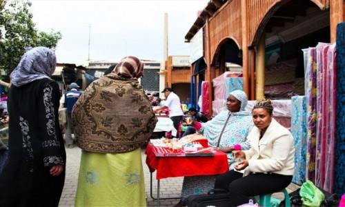 Zdjecie MAROKO / Tensift Al Hauz / Marrakesz / Na stoisku z biżuterią