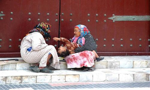 Zdjęcie MAROKO / ocean / Essaouira- ulica bazarowa / plotki na schodach, a mała się nuuuudzi :)