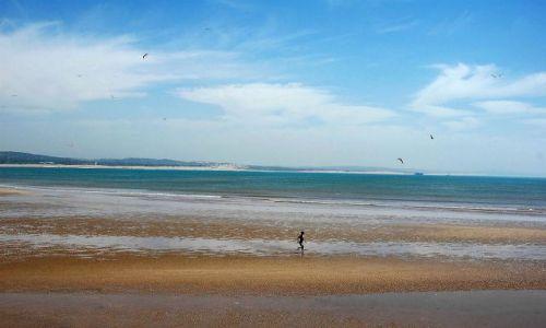 Zdjecie MAROKO / nad oceanem / Essaouira / samotny biegacz