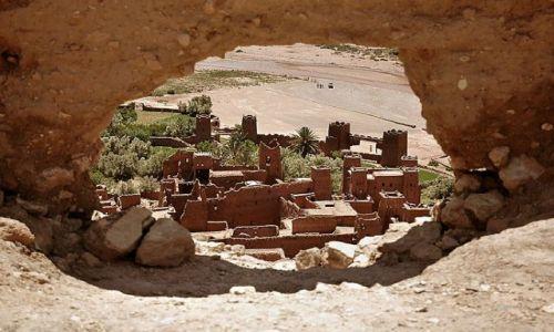 Zdjęcie MAROKO / niedaleko Warzazat / Ait Benhaddu / przez okno- widok na Ait Benhaddu