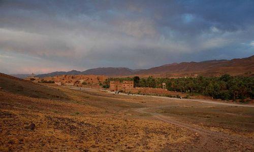 Zdjecie MAROKO / niedaleko Warzazat / Tamnugalt / panorama Tamnugalt z pochmurnym niebem